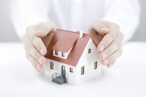 Mains protégeant une maison