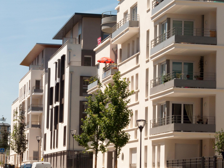 Photo d'immeubles neufs de standing dans une rue de Bordeaux