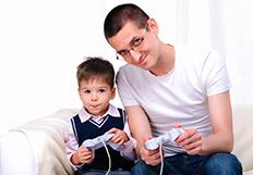 Un père et son fils jouant l'un contre l'autre à la console